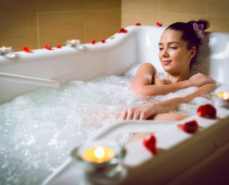 Woman-relaxing-in-the-tub-at-a-Pigeon-Forge-hotel-Jacuzzi-suite
